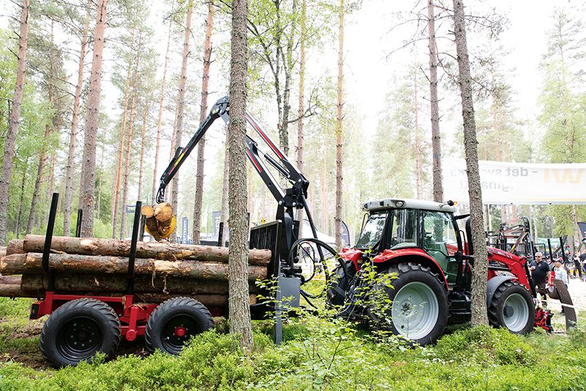 På SkogsElmia visade MF Import och FTG Forest flera skogsekipage med skogsanpassade traktorer och huggarvagnar. Bland annat den smidiga Massey Ferguson MF 5710 och Mowi 1250 ND2 skogsvagn. Foto: Per Eriksson