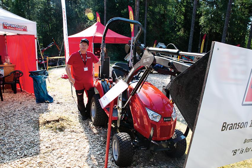 Benny Gustavsson på Traktornimport i Ed, Dalsland visade bland annat den nya traktorn Branson 1905H på SkogsElmia. Det är en kompakt traktorn som väger 650 kilo och har en Yanmarmotor på 19 hästkrafter. Foto: Per Eriksson