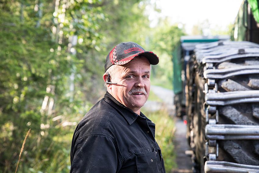 Ronny Johansson tycker maskintrailerekipaget fungerar bra. Dragbilen från MAN har bland annat hydrostatisk drivning på framaxeln.