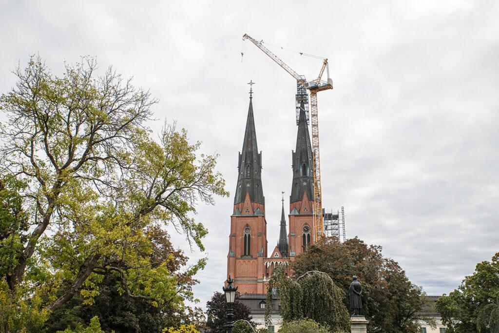 Tornspirorna på Uppsala domkyrkas torn har börjat rosta och ska restaureras. Restaureringen av de tio meter höga och fyra ton tunga spirorna som sitter på 115 meters höjd påbörjades i april och beräkas vara slutfört om 3-4 år. Foto: Per Eriksson
