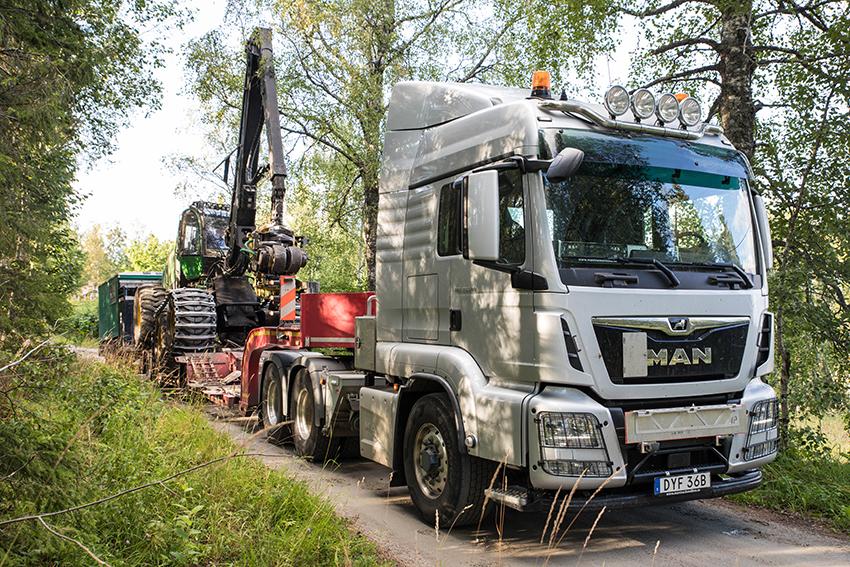 Ronny Johansson Transporter AB i Vedevåg är specialiserade på maskin- och specialtransporter i främst Bergslagen. I Ronny Johanssons maskinpark finns just nu en Volvo FH16 tungdragare från 2016 och två MAN dragbilar. Den senaste investeringen är en helt ny MAN TGS 33.500 6x6H BLS och sedan 2017 har man en 3-axlad skogsjumbo från VM-Trailer.