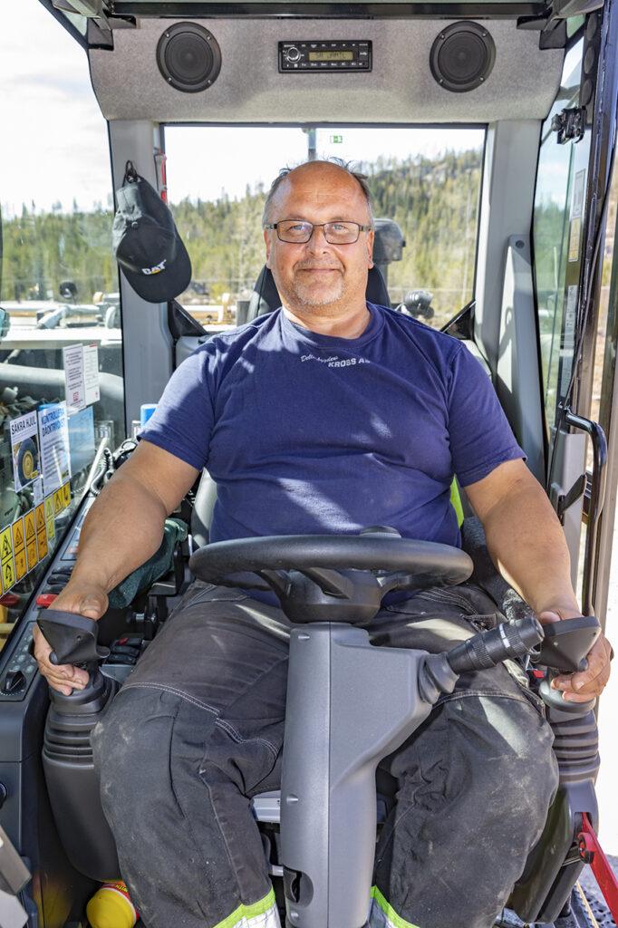 Örjan Nordin, grävmaskinist på EAG Entreprenad hade tidigare värk i handlederna, men efter ett par månaders körning med Engcons MIG2-spakar så kände han ingenting i handlederna.