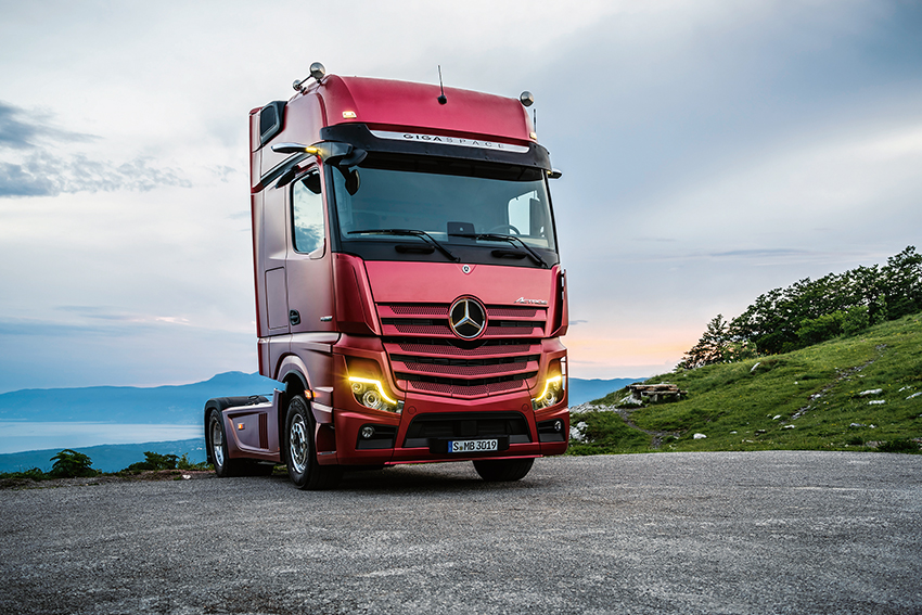 Mercedes-Benz Actros 1863 LS 4x2, Exterieur, antikrot metallic, L-Fahrerhaus, SoloStar Concept, GigaSpace, OM 473 Euro VI mit 460 kW (625 PS), 15,6 L Hubraum, 12-Gang Mercedes PowerShift 3, Active Brake Assist 5, Abstandshalte-Assistent, Verkehrszeichen-Assistent, Spurhalte-Assistent, Stabilitätsregel-Assistent, Aufmerksamkeits-Assistent, Active Drive Assist, MirrorCam, Multimedia Cockpit interactive, Predictive Powertrain Control mit Erweiterung um Interurban, BiXenon-Scheinwerfer.   Mercedes-Benz Actros 1863 LS 4x2, Exterior,antique red metallic, L-Cab, SoloStar Concept, GigaSpace, OM 473 Euro VI rated at 460 kW/625 hp, displacement 15.6 l, 12-speed Mercedes PowerShift transmission 3, Active Brake Assist 5, Proximity Assist, Traffic-Sign-Recognation-Assist, Lane Keeping Assist, Stability Assist, Attention Assist, Active Drive Assist, MirrorCam, Multimedia Cockpit interactive, Predictive Powertrain Control with extension Interurban, BiXenon headlamps.