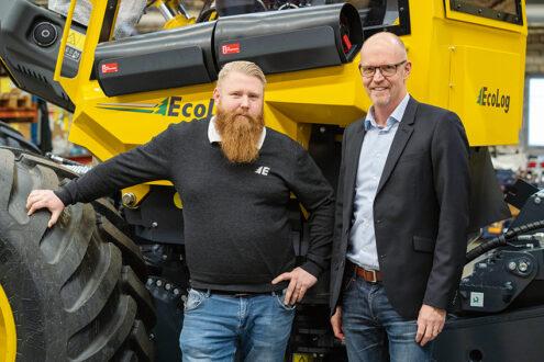 Eco Log förvärvar det svenska säljbolaget Eco Log Försäljning AB. Fr.v: Magnus Sandström, vd Elfab och Anders Gustafson, vd på Eco Log. Foto: Eco Log.