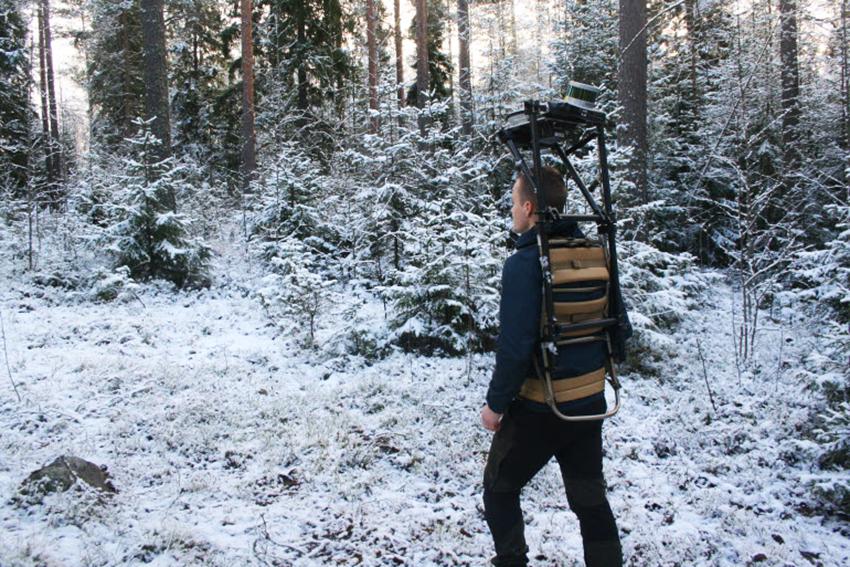 Vi har provat olika metoder. Dels där man går omkring med skanningsutrustningen och dels där skannern står stilla i en provyta och sedan mäter skogen runt omkring. Det ger väldigt mycket mätningsdata, förklarar Johan Holmgren, forskare på SLU. Foto: SLU.