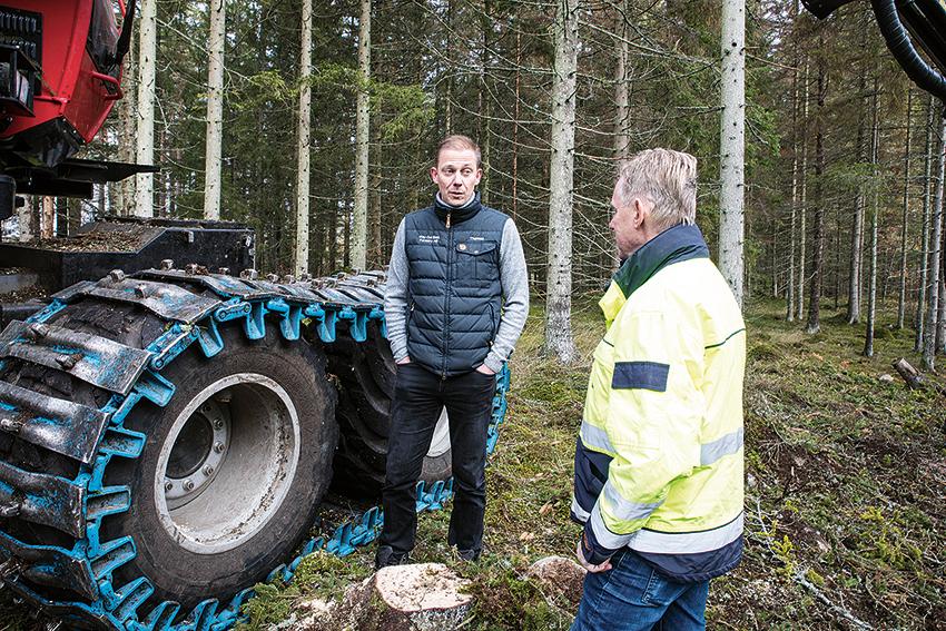 Thomas Håkansson på Way Out East Forestry och  Hans Nicklasson på Pewag diskuterar band och kedjor.