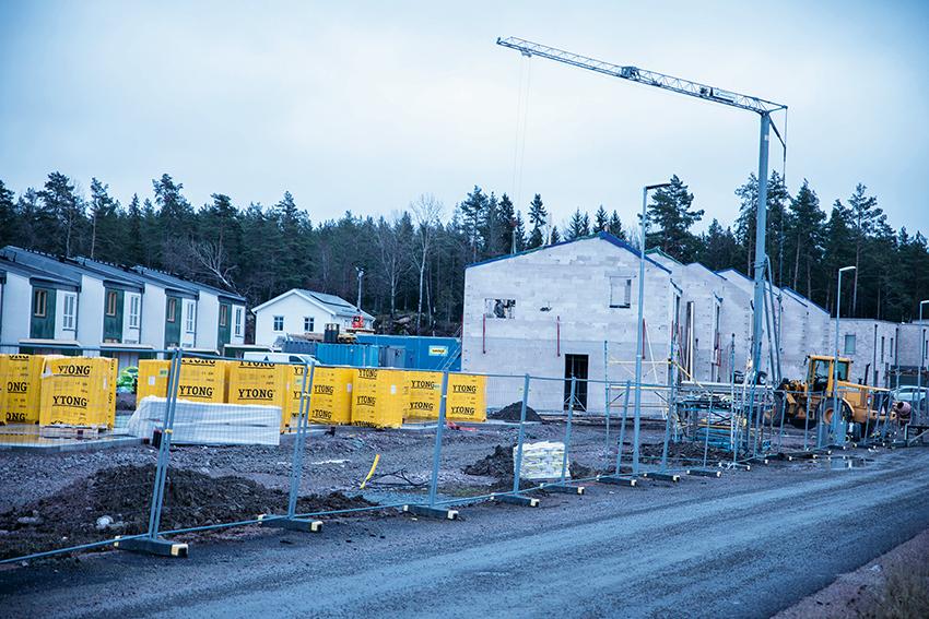 Bostadsbyggandet har stabiliserats betydligt efter det kraftiga fallet under 2018. Boverkets prognos är att det i år påbörjas 51 000 bostäder, inräknat nettotillskott genom ombyggnad. Det är 9 procent färre än förra året. Foto: Per Eriksson
