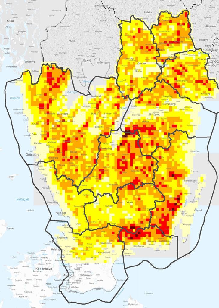 Här är risken för angrepp av granbarkborre som störst i södra och delar av mellersta Sverige. Ju rödare, desto större andel av skogen finns i de högre riskklasserna. Grafik: Skogsstyrelsen.