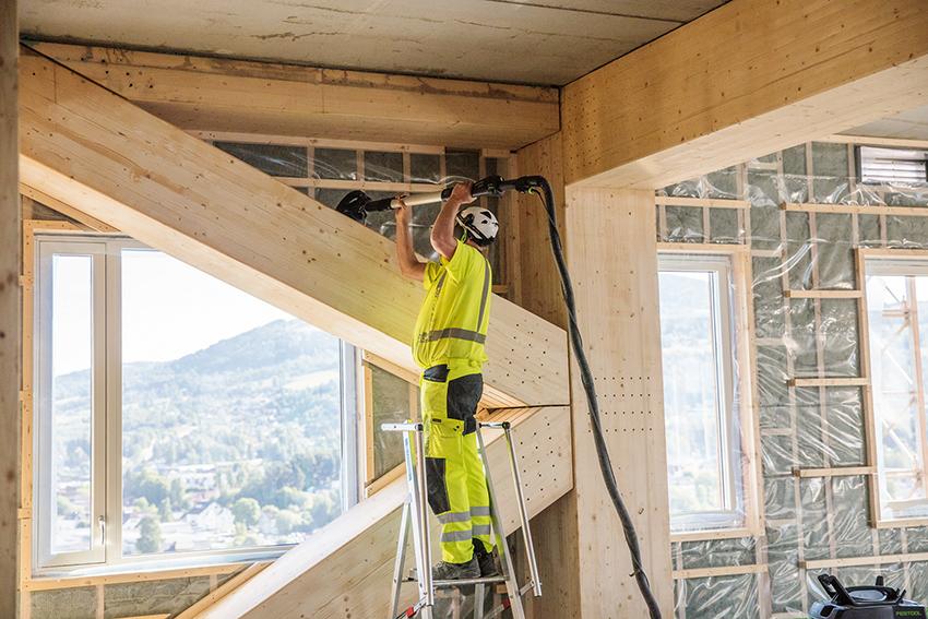 Enligt branschorganisationen Svenskt Trä kan byggen med limträ ge bättre arbetsmiljö. Färre transporter, lägre ljudnivå och mindre damm är några av fördelarna.