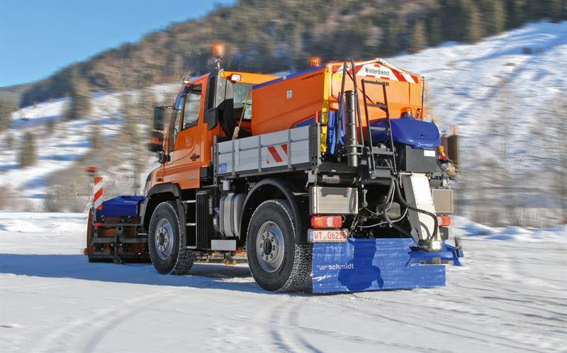 Nu storsatsar Unimog på Sverige tillsammans med snöutrustningsjätten Aebi Schmidt och lanserar färdigutrustade snöröjnings- och halkbekämpningsbilar i paket. Som också kan förses med färdiga lösningar för barmarksunderhåll.